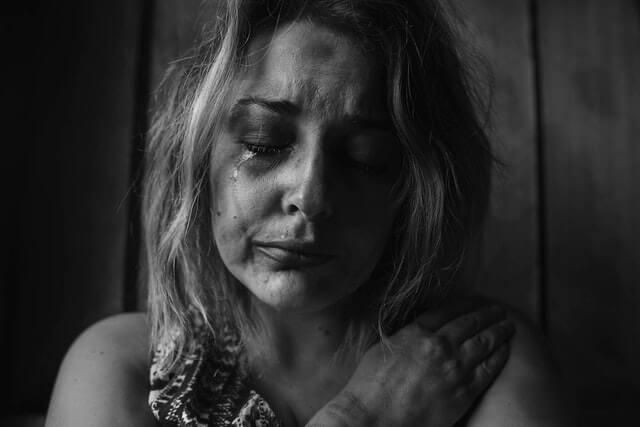 écrire beaucoup - femme qui pleure