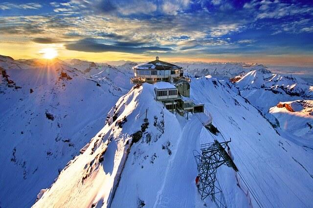 Le processus créatif : station de ski en haut d'une montagne