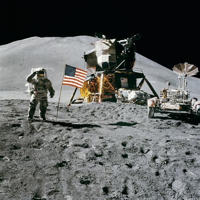 écrire beaucoup : homme sur la lune