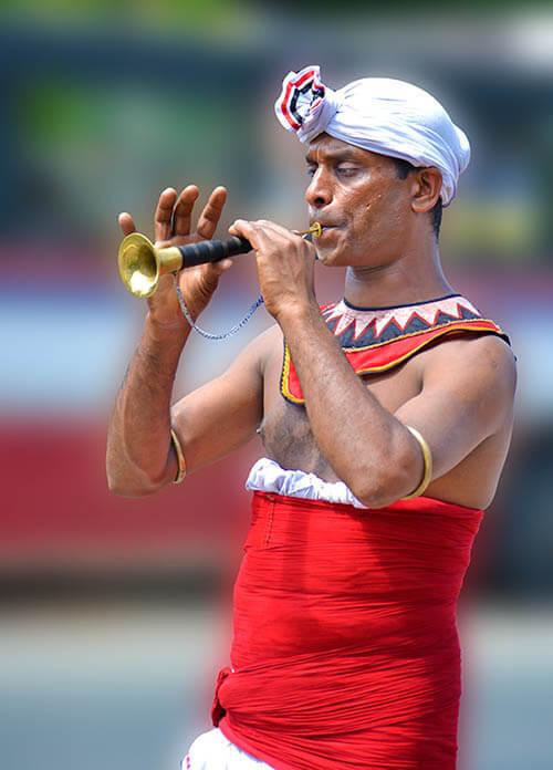 homme qui joue de la trompette