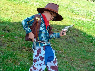 Garçon déguisé en cow-boy