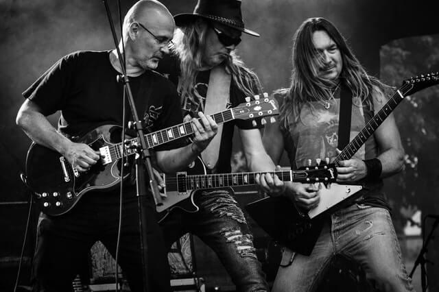 3 guitaristes sur scène
